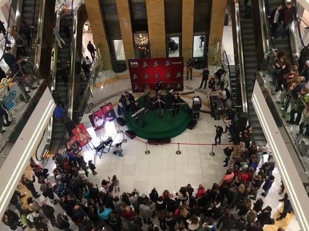 """Учасники """"Голосу країни-7"""" своїм виступом спричинили справжній ажіотаж у центрі столиці"""