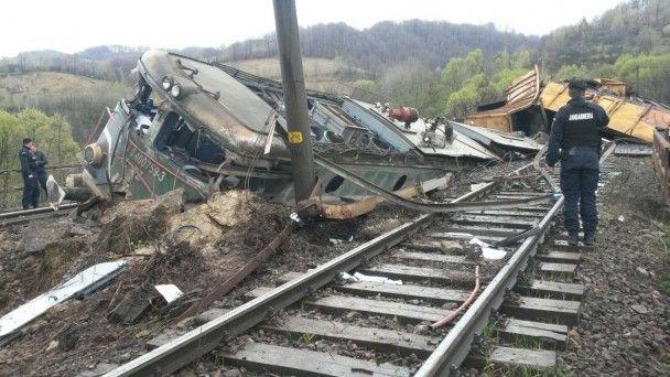 У Румунії з рейок на швидкості злетів поїзд, є жертви