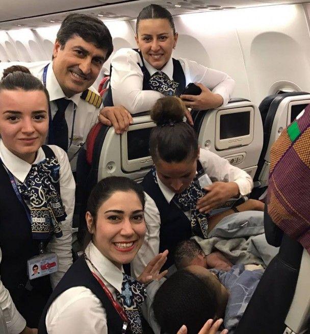 Вітаємо на борту, принцесо! Екіпаж літака прийняв пологи на висоті майже 12 тисяч метрів
