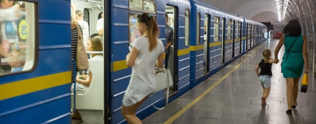 У київському метро людина опинилася на коліях: рух поїздів було призупинено