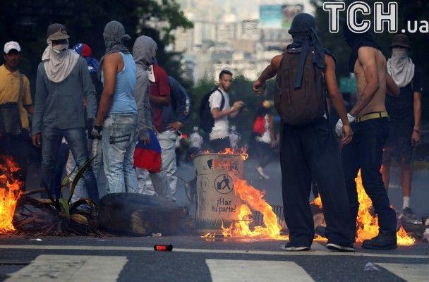 Водомети, каміння і травмовані копи: четвертий за тиждень протест у Венесуелі проти Мадуро у світлинах