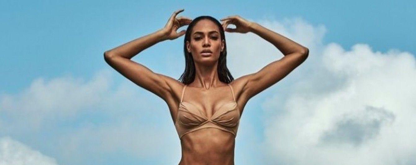 Топ-модель Джоан Смоллс похвасталась идеальной фигурой в рекламе купальников