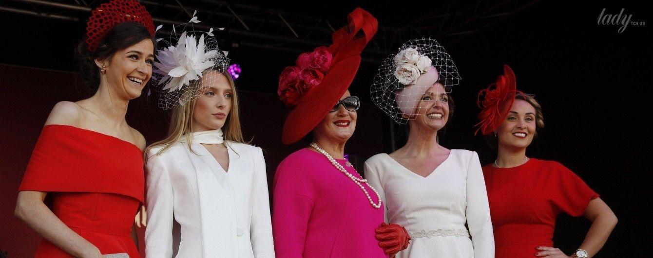 Оригинальные шляпки дам и экстравагантные костюмы мужчин: чем удивляли британцы на скачках в Ливерпуле