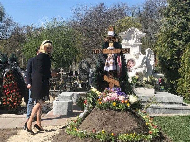 Вдова Вороненкова вперше привела сина до могили екс-депутата Держдуми