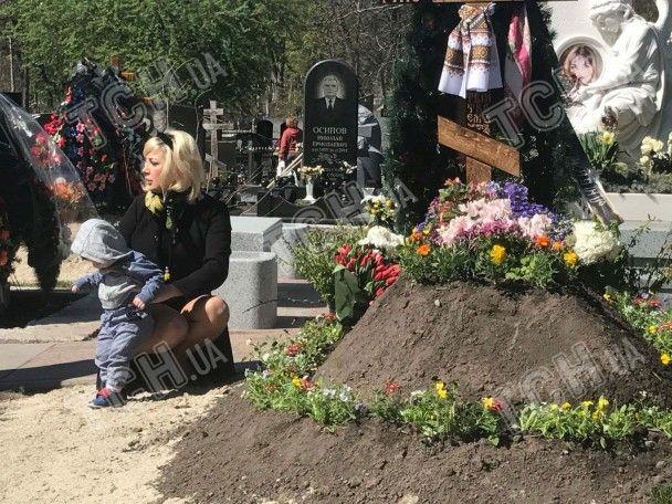 Вдова Вороненкова впервые привела сына к могиле экс-депутата Госдумы