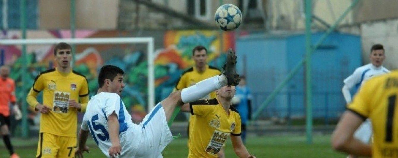 Вратарь зарядил мячом в троллейбус во время матча украинской Второй лиги