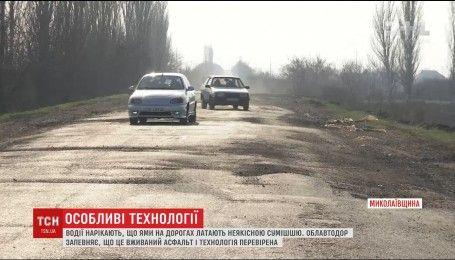 На Миколаївщині водії жаліються, що служби автодоріг засипають ями землею