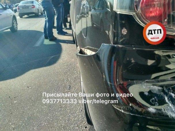 У Києві вантажівка на світлофорі протаранила п'ять автомобілів