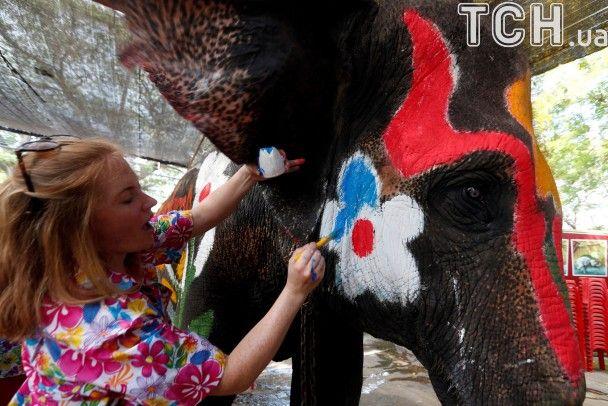 У Таїланді до новорічного обливання водою залучили слонів