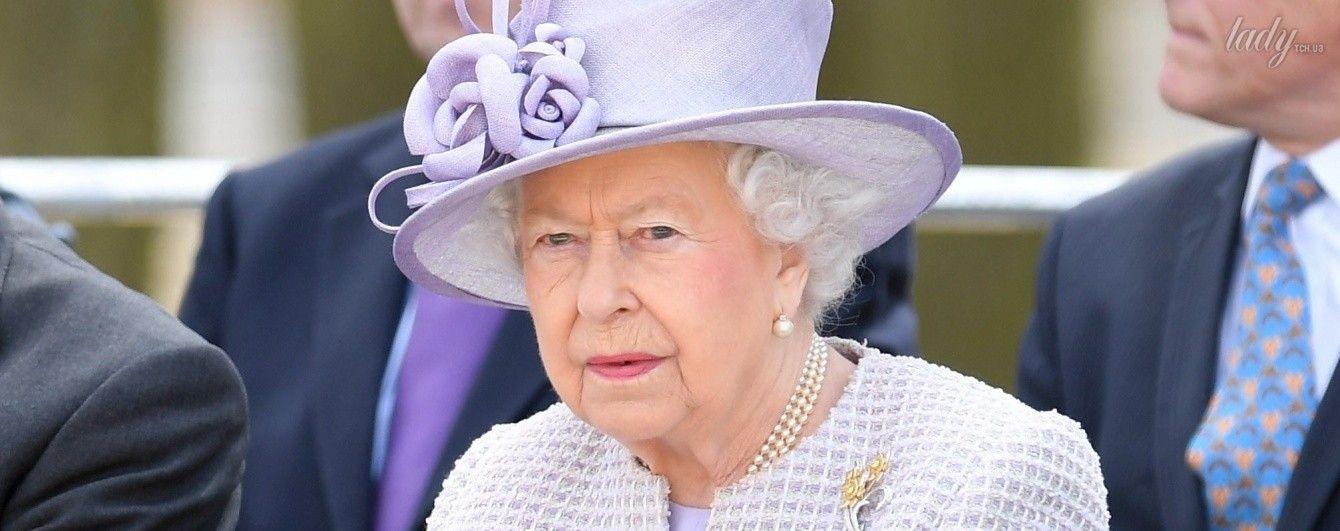 В наряде цвета сирени: королева Елизавета II посетила Уипснейдский зоопарк