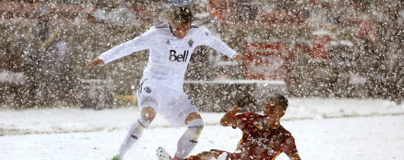 У матчі МЛС футболіст намагався зупинити суперника сніжкою