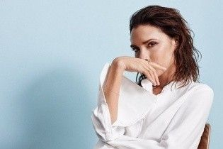 В белой рубашке и спортивных штанах: Виктория Бекхэм в новой фотосессии для глянца