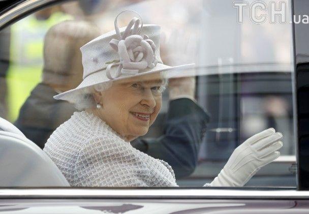 Зворушлива зустріч: Єлизавета ІІ познайомилася з восьмимісячним слоненям, названим на її честь