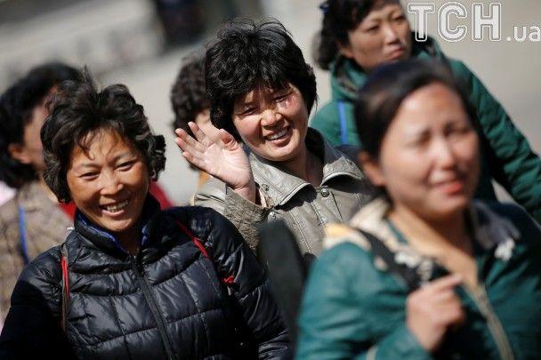 Как в КНДР готовятся к годовщине рождения первого диктатора страны: яркие платья и репетиции парада