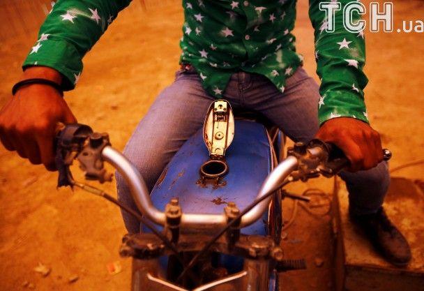 """""""Колодязь смерті"""": Reuters показало найстрашніший атракціон для мотоциклістів у Непалі"""