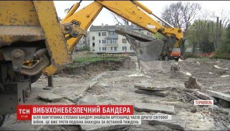 У центрі Тернополя комунальники відкопали другий за тиждень артснаряд