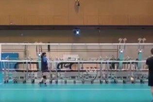 Японские волейболистки провели тренировку с роботами