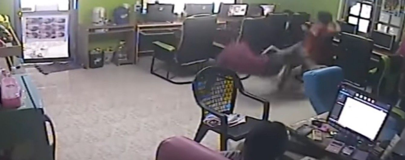 У Таїланді змія влетіла в інтернет-кафе та вкусила чоловіка за дупу
