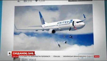Світ обурений жорстоким інцидентом на борту літака United Airlines