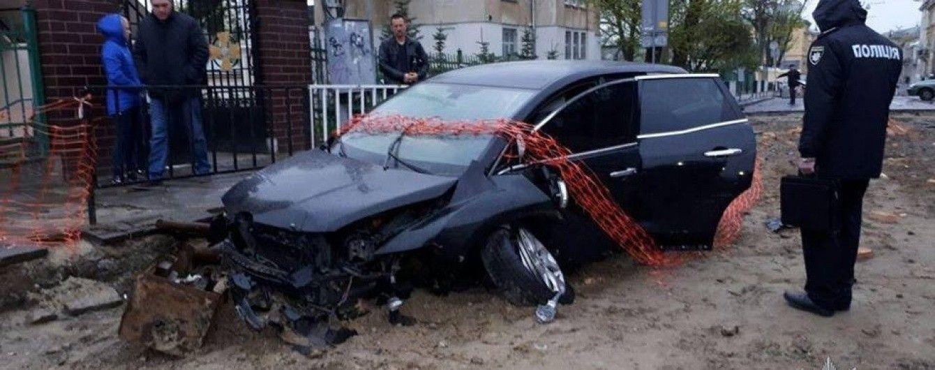 Во Львове пьяный работник автосервиса разбил автомобиль клиента