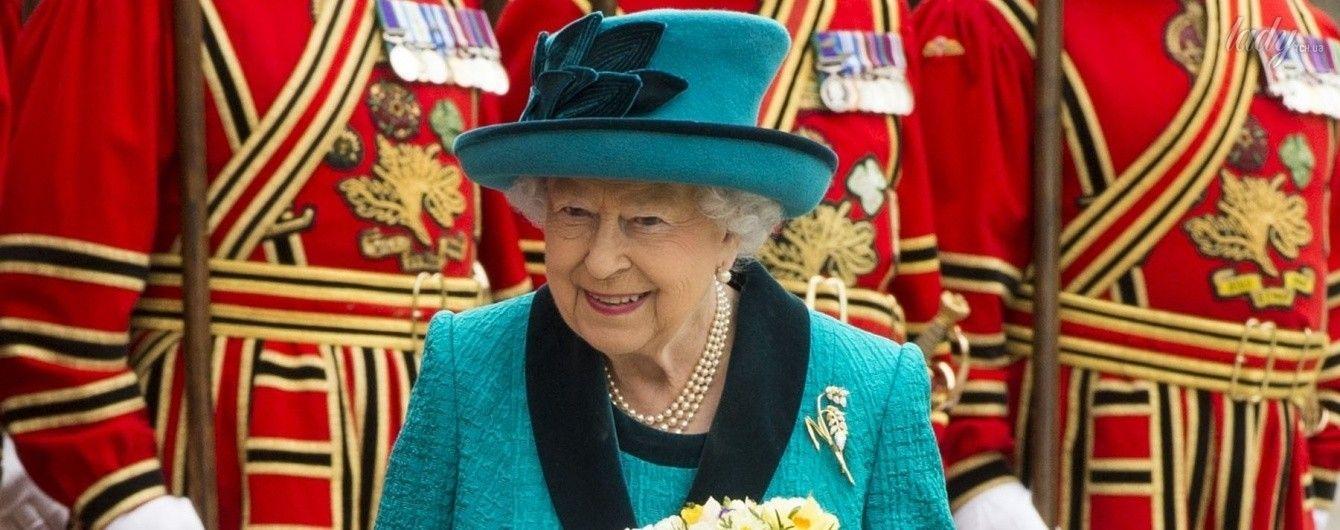 В прекрасном настроении и очередном ярком наряде: королева Елизавета II в соборе Лестер