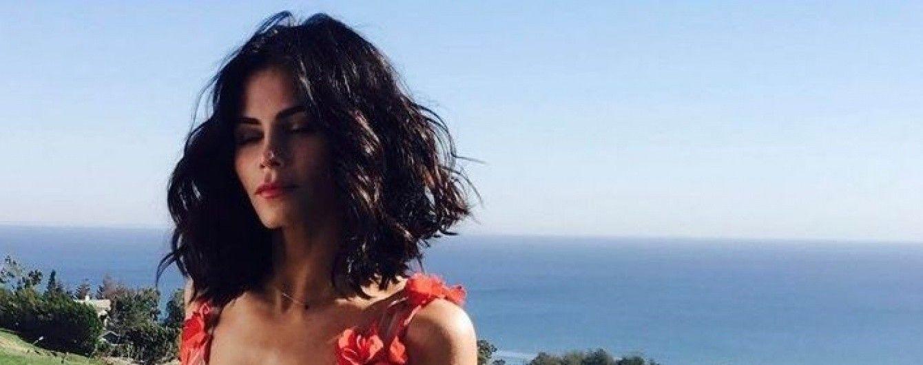 Очаровательная брюнетка: жена Ченнинга Татума позировала в цветочных платьях в новом фотосете