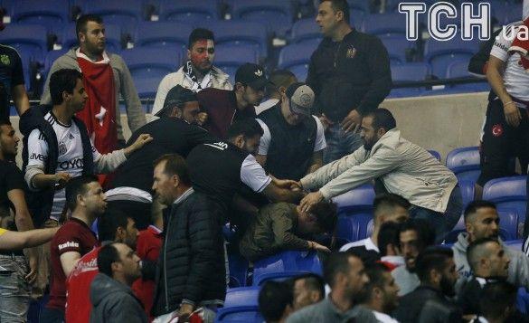 Турецьки фани Бешикташа зірвали матч з Ліоном_2