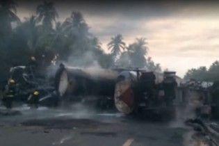 В Мексике автобус c пассажирами столкнулся с бензовозом