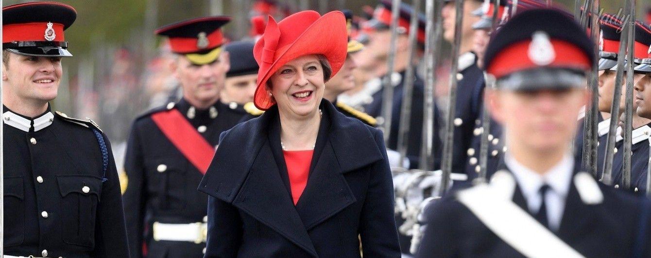 В экстравагантной шляпке и красных туфлях: Тереза Мэй на военном параде
