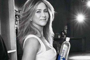 В красивом платье и с пышной укладкой: Дженнифер Энистон в рекламе минеральной воды
