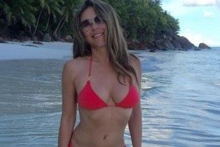 Красотка в красном бикини: новое пляжное фото 51-летней Элизабет Херли