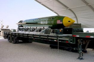 """Что известно о """"матери всех бомб"""". Инфографика самого мощного неядерного оружия в мире"""