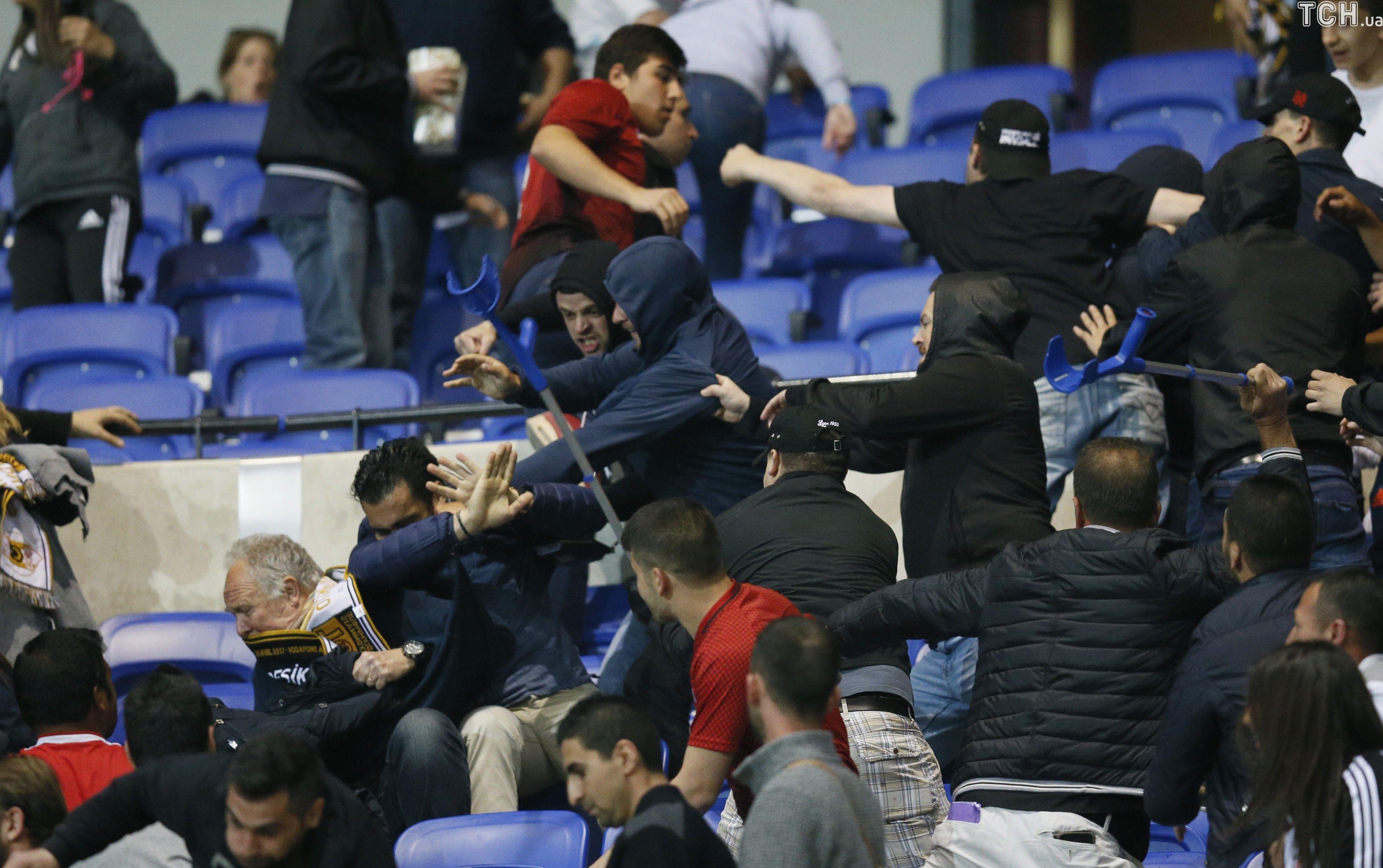 Турецьки фани Бешикташа зірвали матч з Ліоном_3