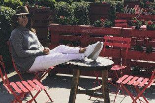 В шляпе и белых брюках: Ева Лонгория сходила на ланч