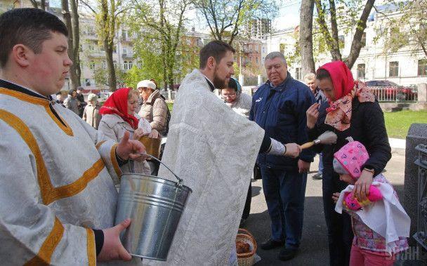 Українці святкують Великдень і тисячами потягнулися до церков