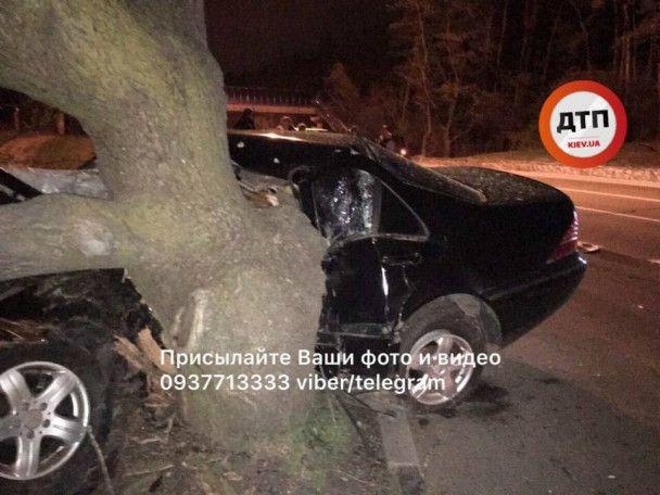 У Конча-Заспі на шаленій швидкості автівка влетіла в дерево, водій загинула
