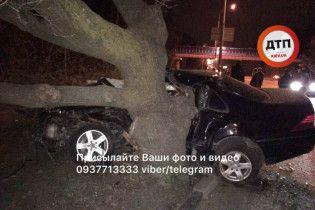 В Конча-Заспе на большой скорости машина влетела в дерево, водитель погибла