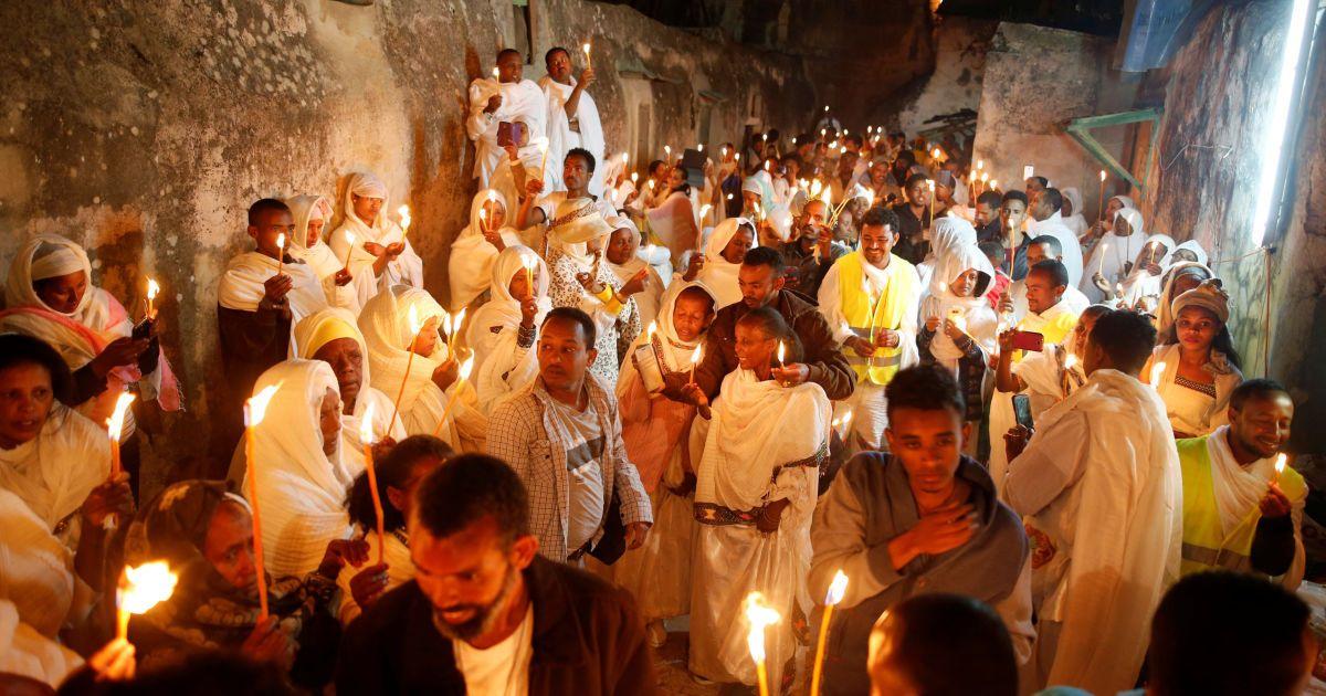 Віряни в Ефіопії передають один одному Благодатний вогонь