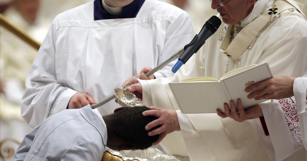 Папа хрестить хлопчика, Ватикан