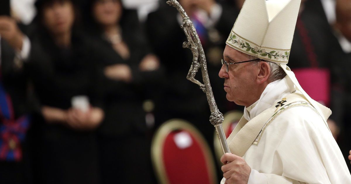 Папа римський Франциск залишає великодню месу в базиліці Св. Петра у Ватикані