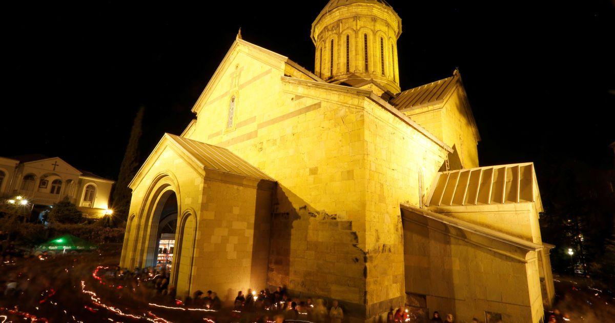 Віряни йдуть навколо історичного храму Сіоні в Тбілісі, Грузія
