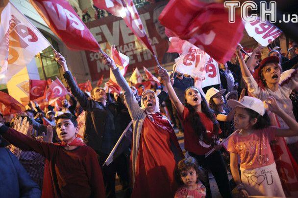 У Туреччині святкують непереконливу перемогу Ердогана на референдумі