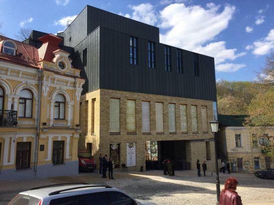 Кияни петицією закликають ввести в експлуатацію будівлю Театру на Подолі