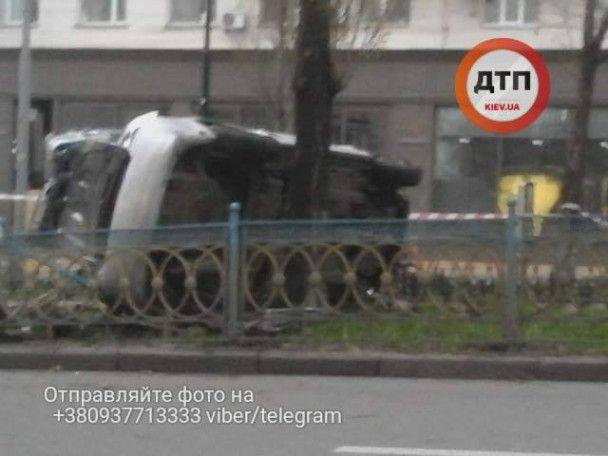 У центрі Києва автомобіль на шаленій швидкості перекинувся і вилетів на бульвар
