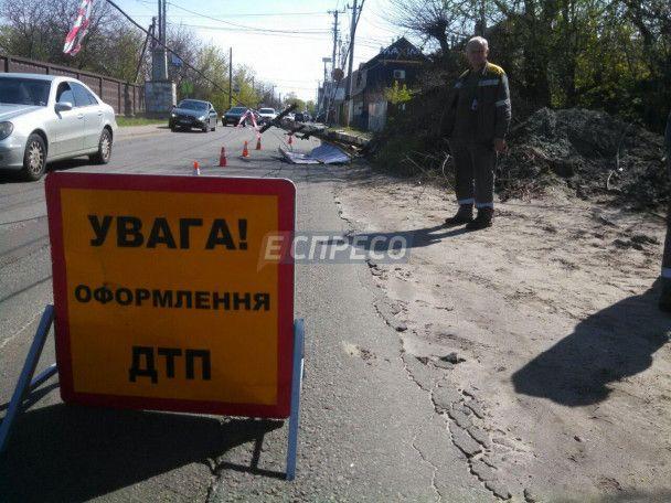 У Києві вантажівка на повній швидкості знесла опору ЛЕП та зникла, залишивши весь район без світла