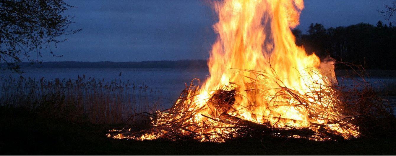 У житомирcькому лісі вночі чоловік згорів просто у багатті