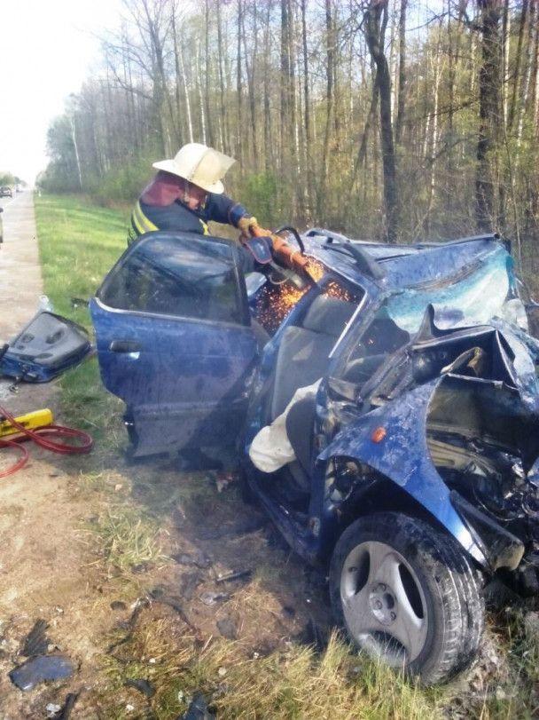 """На Житомирщині після зіткнення із """"Suzuki"""" """"дев'ятку"""" розірвало на шматки, загинули 5 людей"""