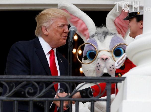 Великодні забави у Білому домі: Меланія Трамп читала дитячу книжку, а діти бавилися яйцями