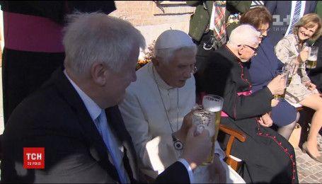 Папа Римский отметил 90-летие с пивом и гостями