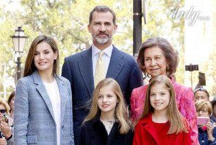 Стильная королева Летиция с дочками и мужем посетила пасхальную мессу в Кафедральном соборе
